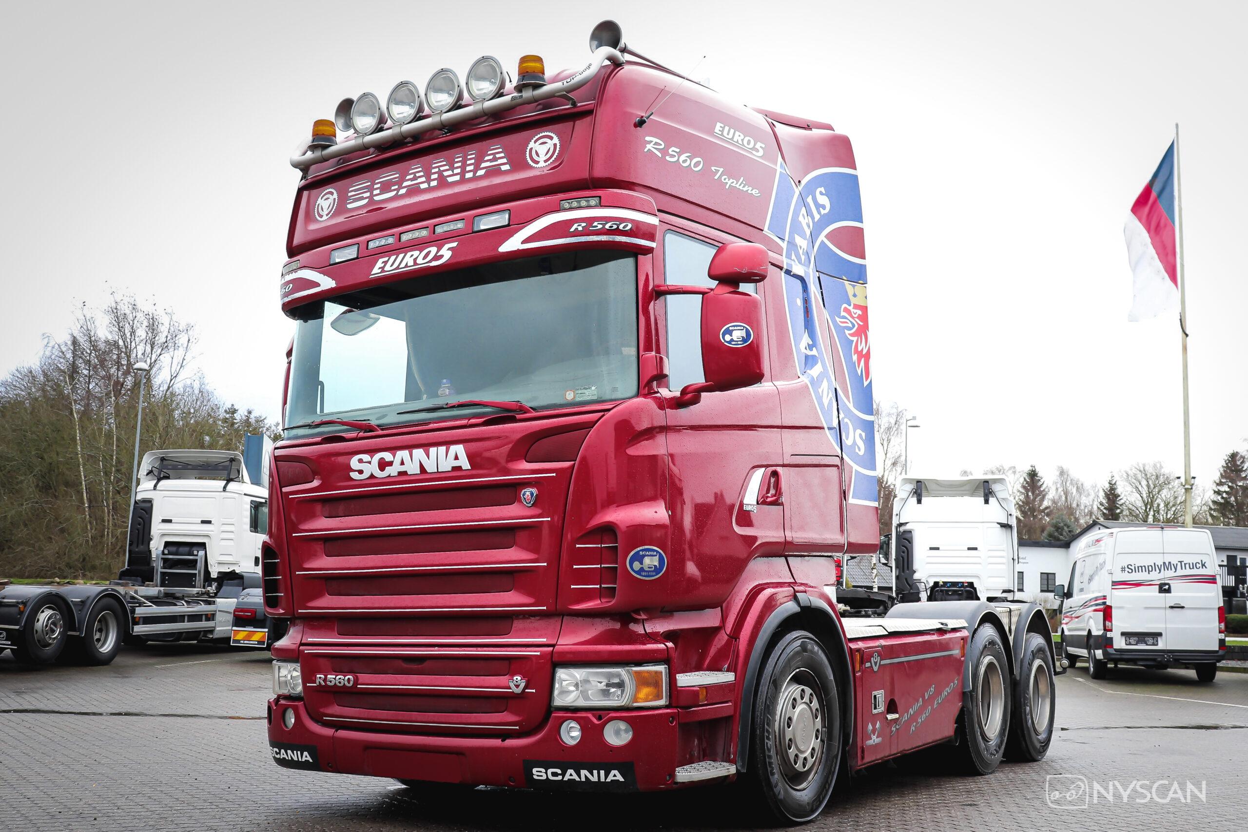 Blå Scania lastbil